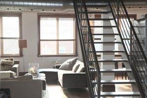 Schody retro w mieszkaniu? Odważny wybór