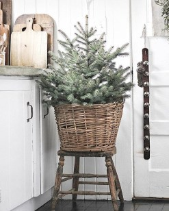 Fascinating Farmhouse Christmas Decor Ideas 09