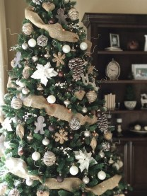 Fascinating Farmhouse Christmas Decor Ideas 39