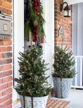 Inspiring Farmhouse Christmas Porch Decoration Ideas 06