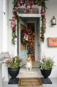 Inspiring Farmhouse Christmas Porch Decoration Ideas 11