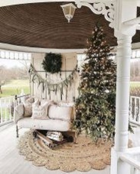 Inspiring Farmhouse Christmas Porch Decoration Ideas 17