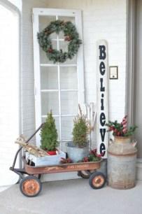 Inspiring Farmhouse Christmas Porch Decoration Ideas 19