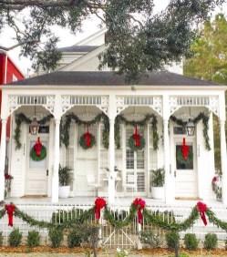 Inspiring Farmhouse Christmas Porch Decoration Ideas 32