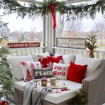 Inspiring Farmhouse Christmas Porch Decoration Ideas 44