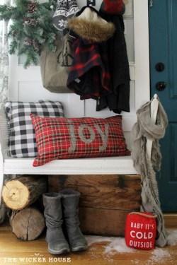 Inspiring Farmhouse Christmas Porch Decoration Ideas 47