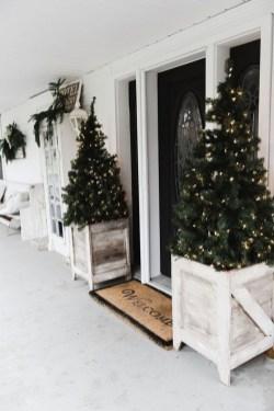 Inspiring Farmhouse Christmas Porch Decoration Ideas 48