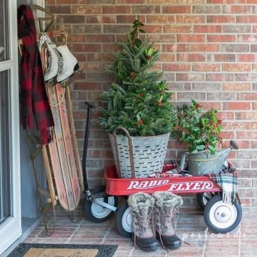 Inspiring Farmhouse Christmas Porch Decoration Ideas 49