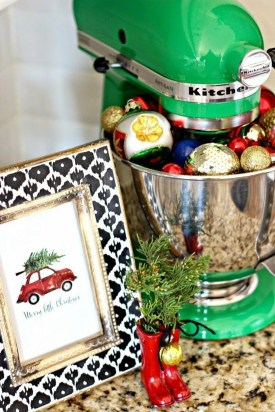 Lovely Red And Green Christmas Home Decor Ideas 29
