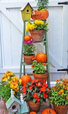 Incredible Autumn Decorating Ideas For Backyard 06