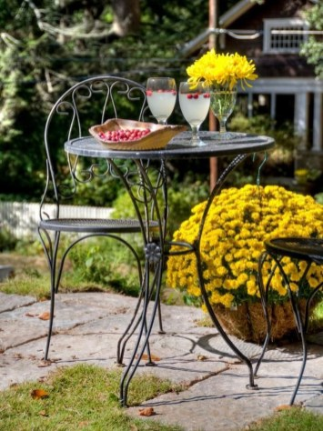 Incredible Autumn Decorating Ideas For Backyard 09