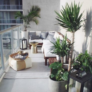 Creative And Simple Fall Balcony Décor Ideas For Small Apartment30