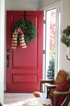 Stunning Farmhouse Christmas Entryway Design Ideas03