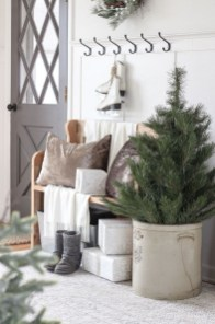Stunning Farmhouse Christmas Entryway Design Ideas06