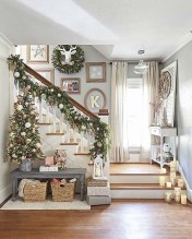 Stunning Farmhouse Christmas Entryway Design Ideas39