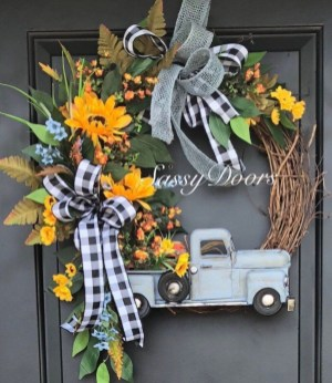 Pretty Wreath Decor Ideas To Hang On Your Door24