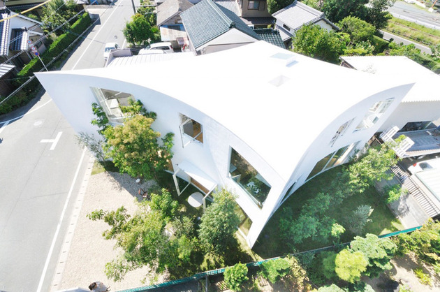 curved-wall-house-with-forest-views-in-the-city-1.jpg