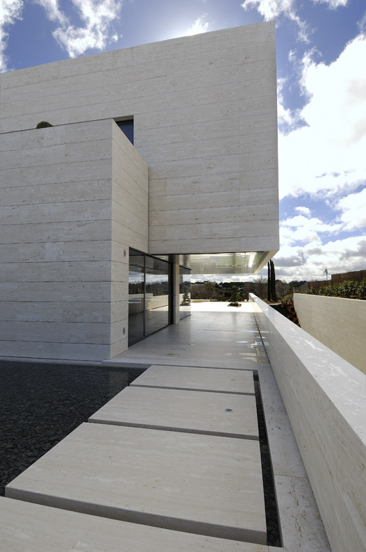 Amazing Travertine House By A Cero Architecture Firm With Water Features Modern House Designs