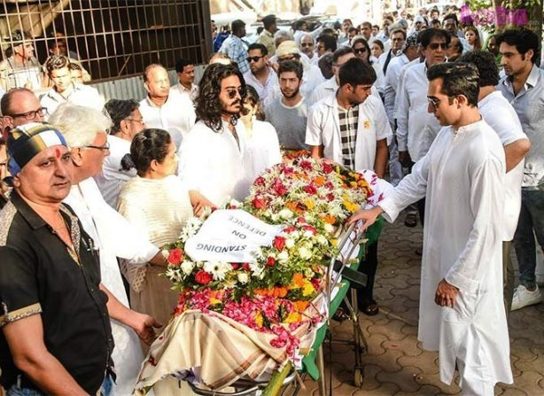 Vinod Khanna's younger son Sakshi, who performed the last rites, with his mother Kavita Khanna, eldest brother Rahul Khanna and other mourners
