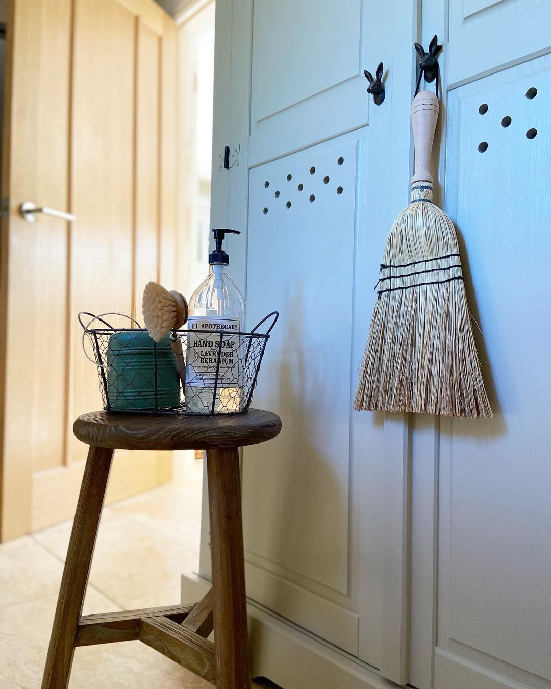 wire-basket-bathroom-decor