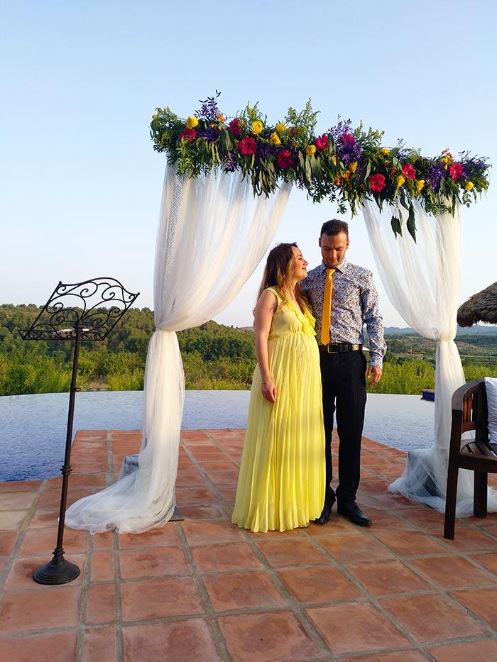Cómo vestir para una boda si estás embarazada