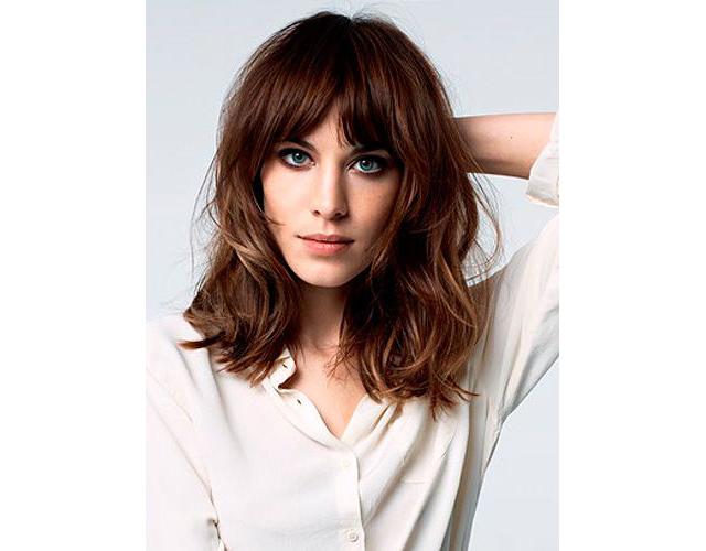 Cheveux longs frange longue trendy mood - Comment couper une frange longue ...
