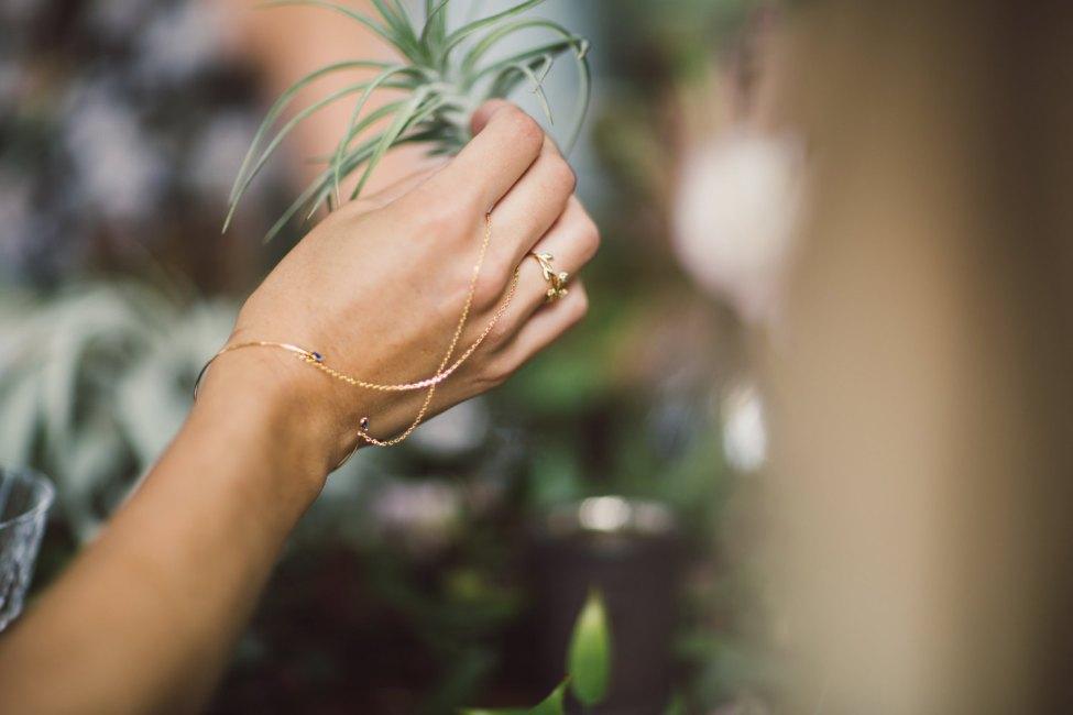 bijou de main Loie - plaqué or 18k - bijou de main chaine et cristal bleu - art nouveau art deco - boheme - Reign tudor