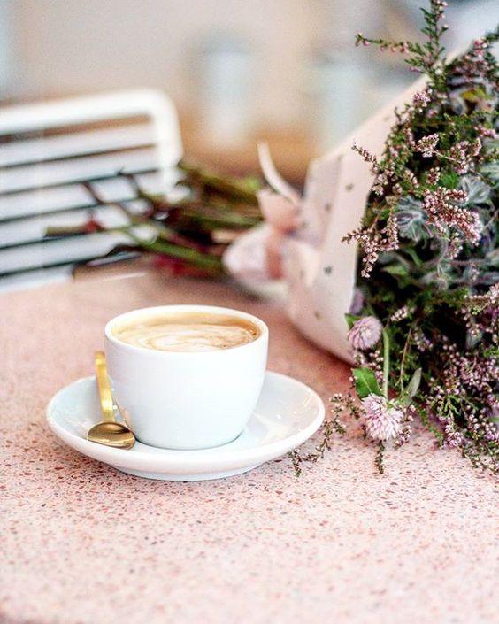 Bouquet de fleurs et café chez Peonies Paris