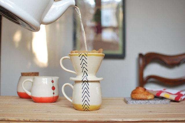Cafetière pour sur une tasse de café ensemble en flèches moutarde