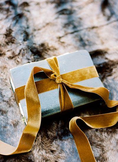 Cadeau avec noeud en velours