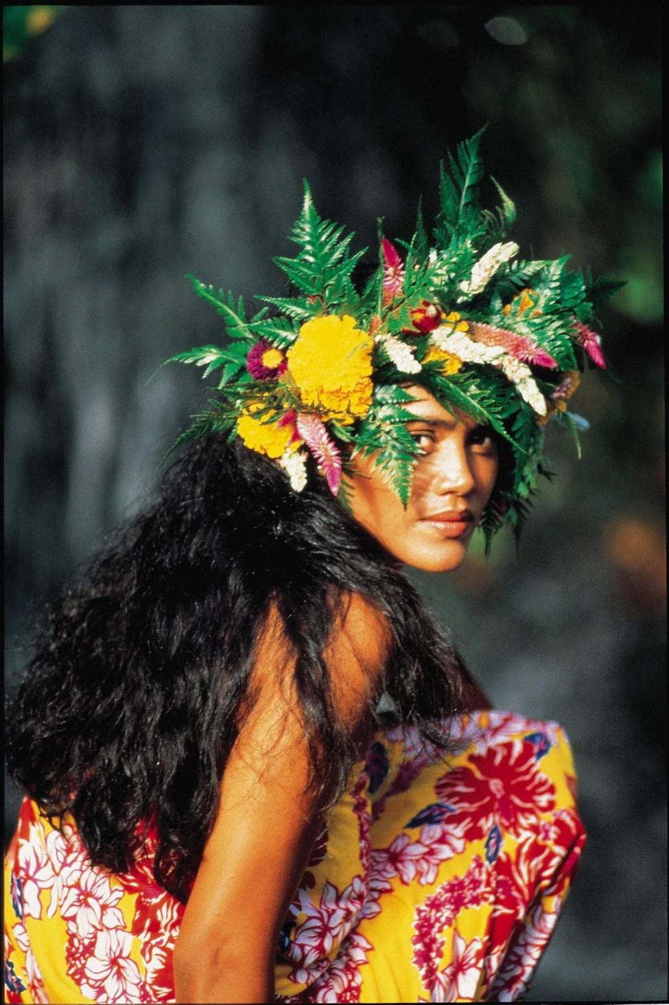 Vahiné ou femme en tahitien, vêtue d'un paréo et d'une couronne de fleurs