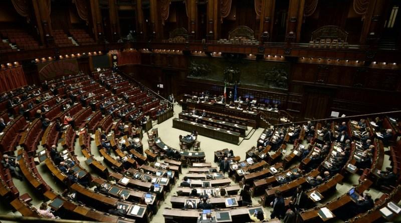 Referendum contro il taglio dei parlamentari, si ritirano 4 senatori di Forza Italia: slitta il deposito…