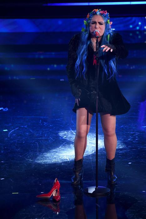 Sanremo 2021: Loredana Bertè, una scarpa rossa sul palco contro i femminicidi