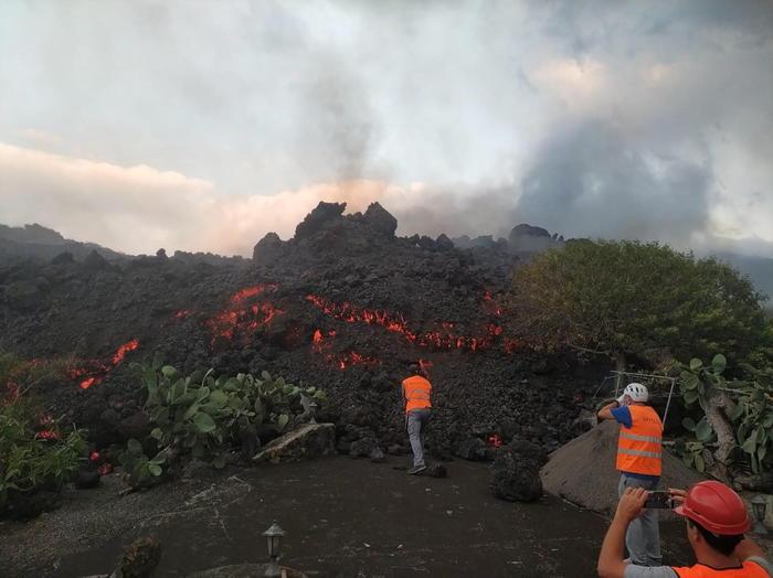 Eruzione alle Canarie: 320 edifici e oltre 150 ettari sepolti dalla lava – Europa – ANSA