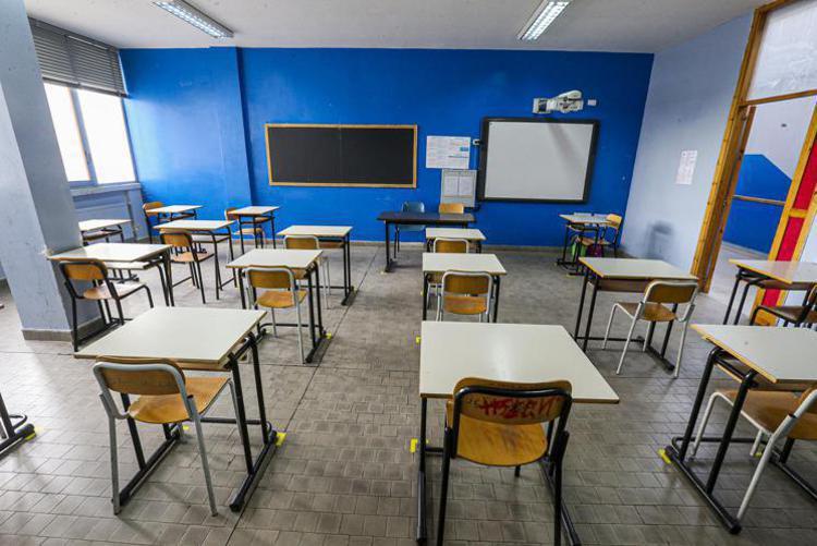 Covid oggi Napoli, focolaio a scuola da figli no vax: altri 9 contagi