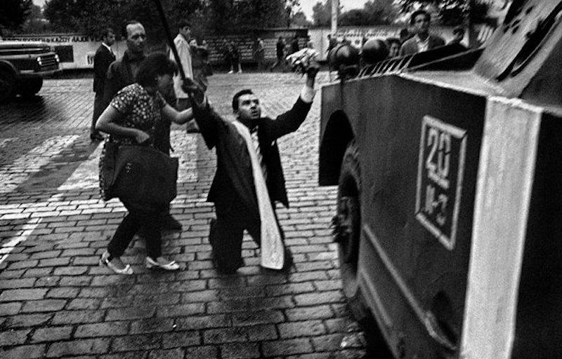 Josef-Koudelka-Invasion-of-Prague-Tres-Bohemes