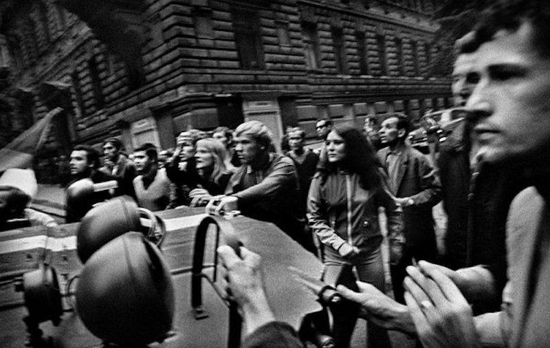 Josef-Koudelka-Prague-Invasion-Tres-Bohemes