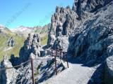 Un tratto di percorso scavato nella roccia.