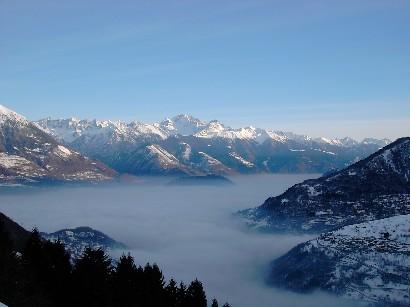 Gli unici momenti di sole si sono visti alla partenza. Da notare il lago di nuvole che ricopre tutta la Valtellina.