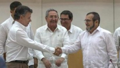 Cuba's President Raul Castro, center, smiles as Colombian President Juan Manuel Santos, left, and Commander the Revolutionary Armed Forces of Colombia or FARC, Timoleon Jimenez, shake hands, in Havana, Cuba on Sept. 23, 2015. (Ramon Espinosa / AP)