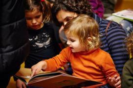 Infant mirarant un llibre