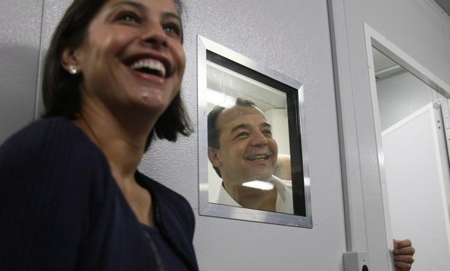 Justiça penhora verbas do escritório de Adriana Ancelmo para pagar dívida de condomínio