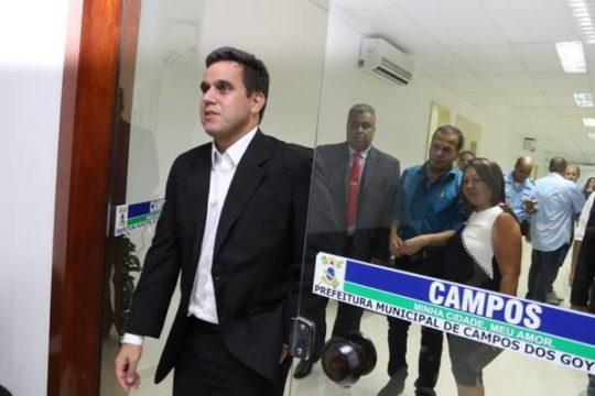 Enfim, Rafael Diniz sai do gabinete e participa de ação de combate ao Aedes em Travessão