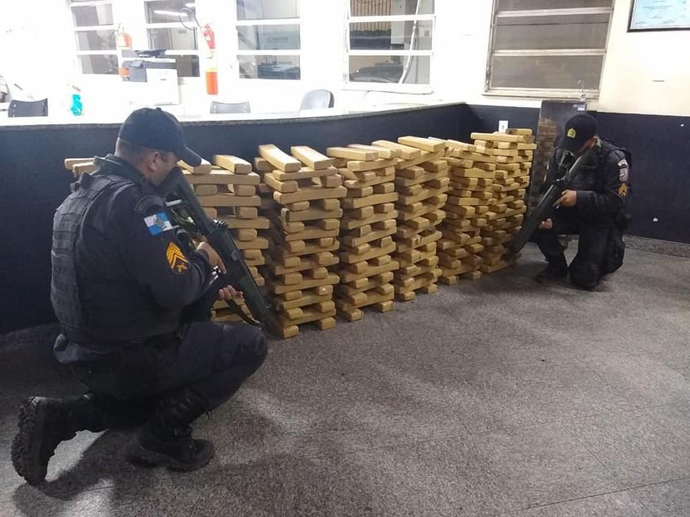 PM apreende perto de 400 kg de maconha em mata de Campos