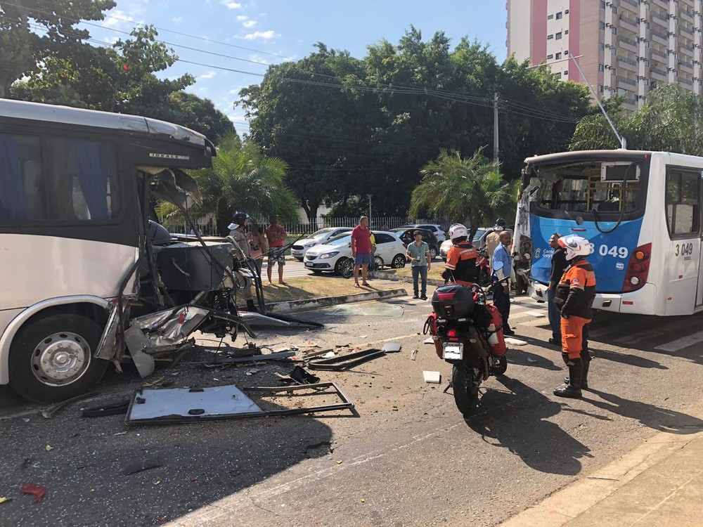 Colisão deixa ônibus destruídos em Campos