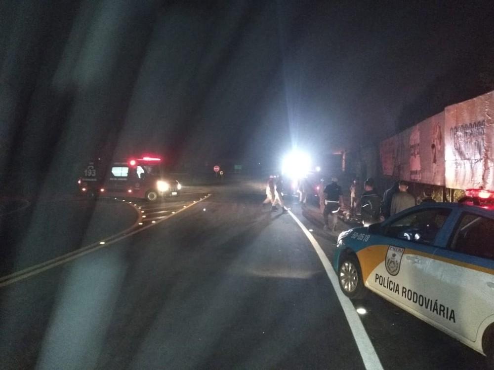 Motociclista morre ao colidir com placa de publicidade na RJ-186