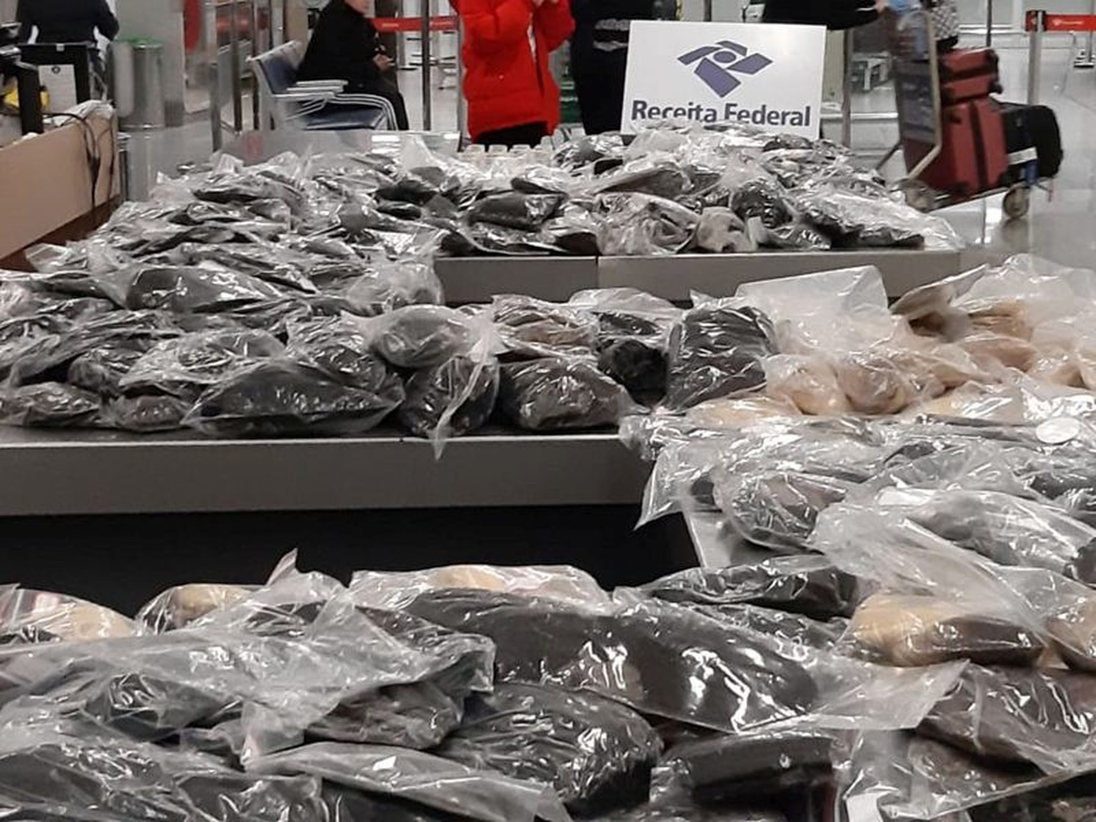 Receita Federal apreende 95 quilos de cabelo no Aeroporto do Galeão, Rio