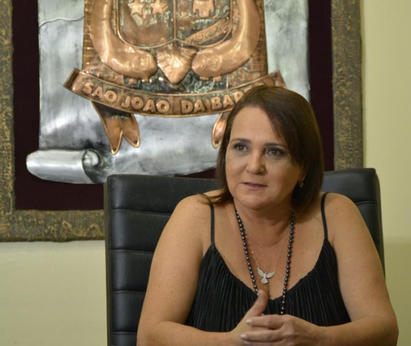 Carla Machado reduz próprio salário e de cargos comissionados