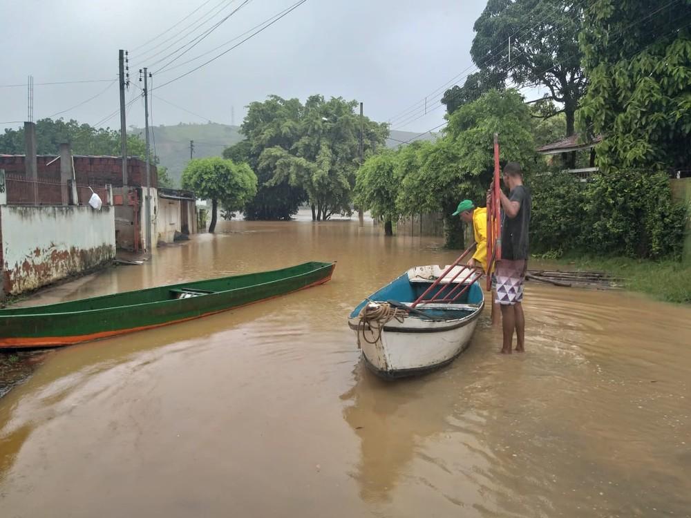 Cidades do Norte e Noroeste do Rio ficam inundadas após chuva forte e cheia dos rios