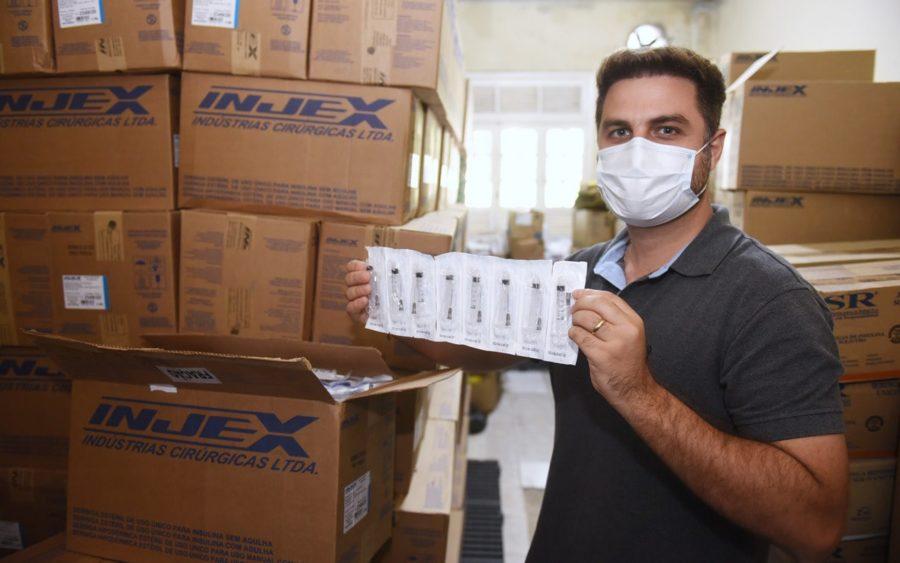 Campos entre as primeiras cidades a receber seringas para vacinação contra a Covid